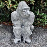 Gorilla sitzt auf der lauer
