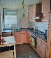 Küche mit Geschirrspüler Herd Kühlschrank