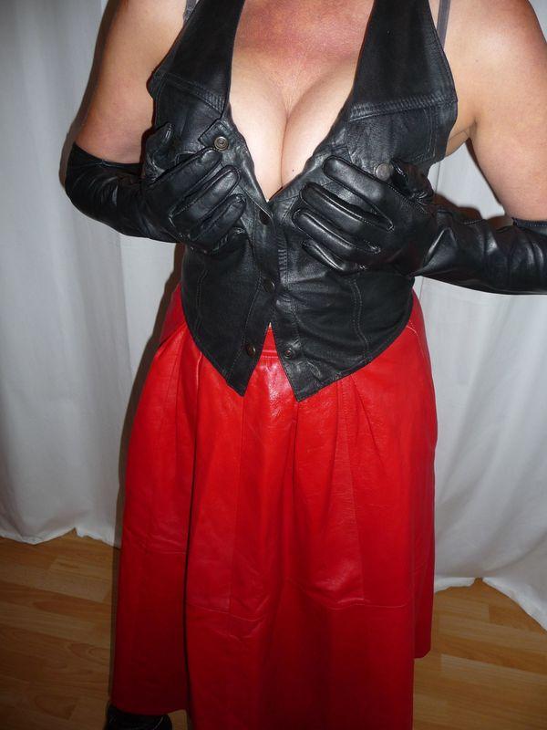 Lederlady Satindame Stiefelträgerin Nylonhase trägt