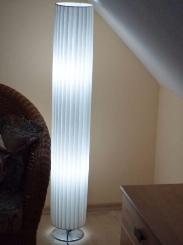 Schöne edle Stehlampe mit Metallfuß