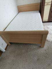 Buche farbendes Bett