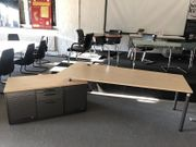 Schreibtisch mit Container links von