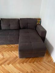 graue Couch mit Kissen