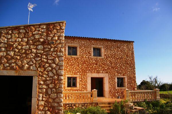 Grosses rustikales Landhaus mit Garage