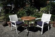 Gartenstühle und kleiner Teaktisch für