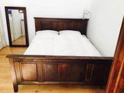Großes sehr bequemes Bett mit