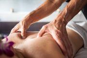Wohlfühlende Wellness Massage Ganzkörpermassage Fussmassage
