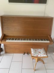 Klavier mit Stuhl