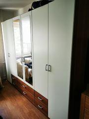 Schlafzimmerschrank mit viel Stauraum