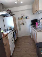 Küche mit Geräten und Granitarbeitsplatte
