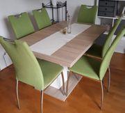 6 grüne Stühle ohne Tisch