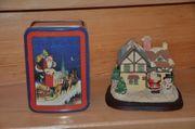 Weihnachtliches beleuchtetes Haus und Geschenkdose