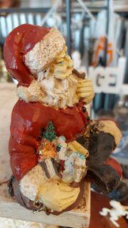 Sitzender Weihnachtsmann mit pfeife