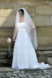 Brautkleid mit Schleppe von Ronald