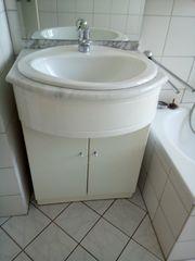 Waschbecken mit Unterschrank und Spiegel-