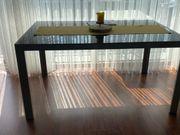 Glastisch ohne Stühle