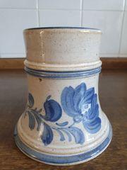 Krug mit blauem Blumenmotiv
