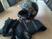 Mopedhelm mit Handschuhen und Nierengurt