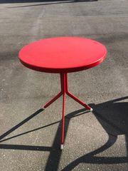 wunderschöner roter Rund Tisch Haus