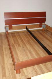 Schönes und stabiles Bett in