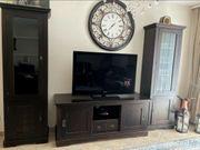 TV-Wand und Couchtisch