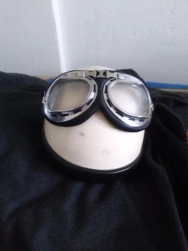 Motorat Helm mit Brille eine