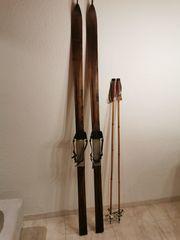 Nostalgie Holzski Skistöcke und Schuhe