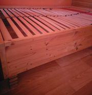 Bettgestell aus Holz mit Lattenrost