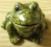 Grüner Frosch aus Ton