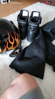 Motorradhelm Lederhose Schuhe Sonnenbrille Harley