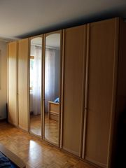 großer Schlafzimmerschrank und Doppelbett auch