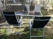 Gartentisch mit vier Stühlen