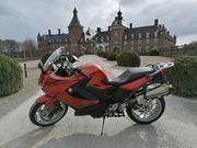 Motorradselbstfahrerin oder Sozia