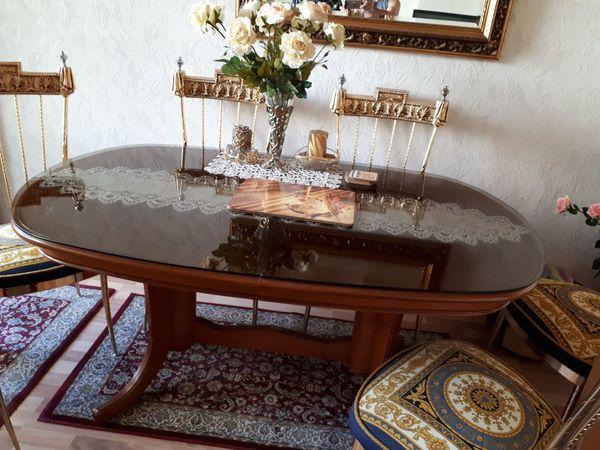 Großer edler Wohnzimmertisch mit Luxusstühlen