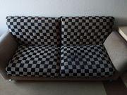Bequeme braunschwarze Couch mit schachbrettmuster