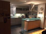 Küche hochwertig mit Arbeitsfläche aus