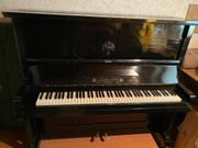 Sehr altes schönes Klavier zu