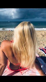 Hübsche Blondine bietet ihr Höschen