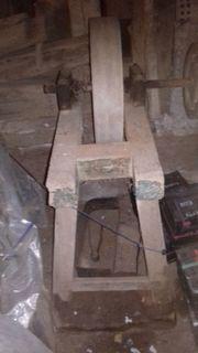 Schleifstein mit Transmissionsrolle auf Holzbock