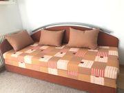 Bett mit passenden Kissen