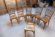 Klassische Holzstühle
