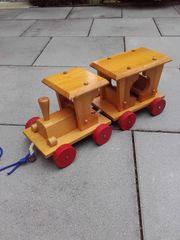 Holzlockomotive mit Anhänger zum ziehen