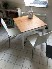 Tisch mit zwei Stühlen von