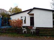 Schönes neues Holzhaus im Grünen