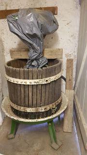 Traubenmühle und Weinpresse