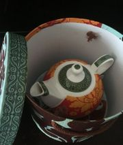 Box mit Teekanne Tasse Teller