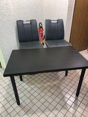 Barhocker und höhenverstellbarer Tisch