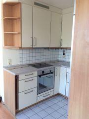 Schicke Küche mit Geräten zum