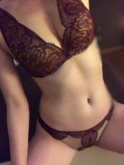 sexy Studentin verkauft heiße Unterwäsche
