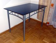 Tisch mit dunkle Glasplatte 100